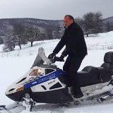 VIDEO: Avem zăpadă, dar n-avem primar! E la schi în Austria! Cu chiu cu vai, angajații pregătesc pârtia! Vezi când ar putea fi gata!